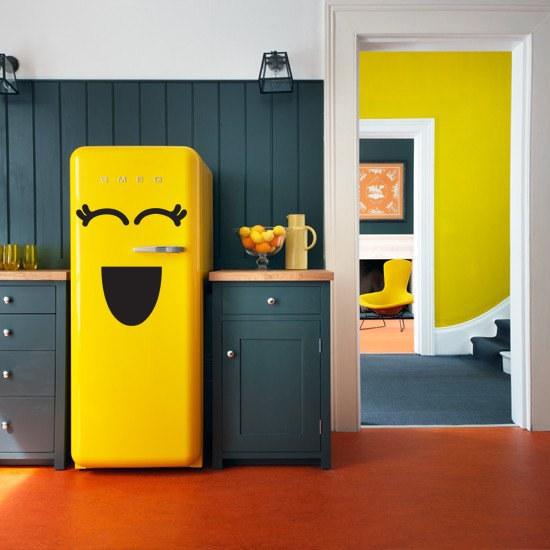 Geladeira com uma porta na cozinha