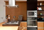 cozinha com coifa, forno, cooktop e lava louças