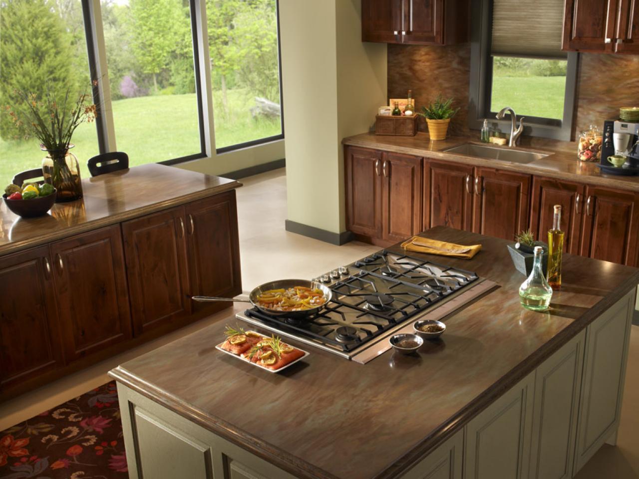 cozinha com móveis de madeira e cooktop