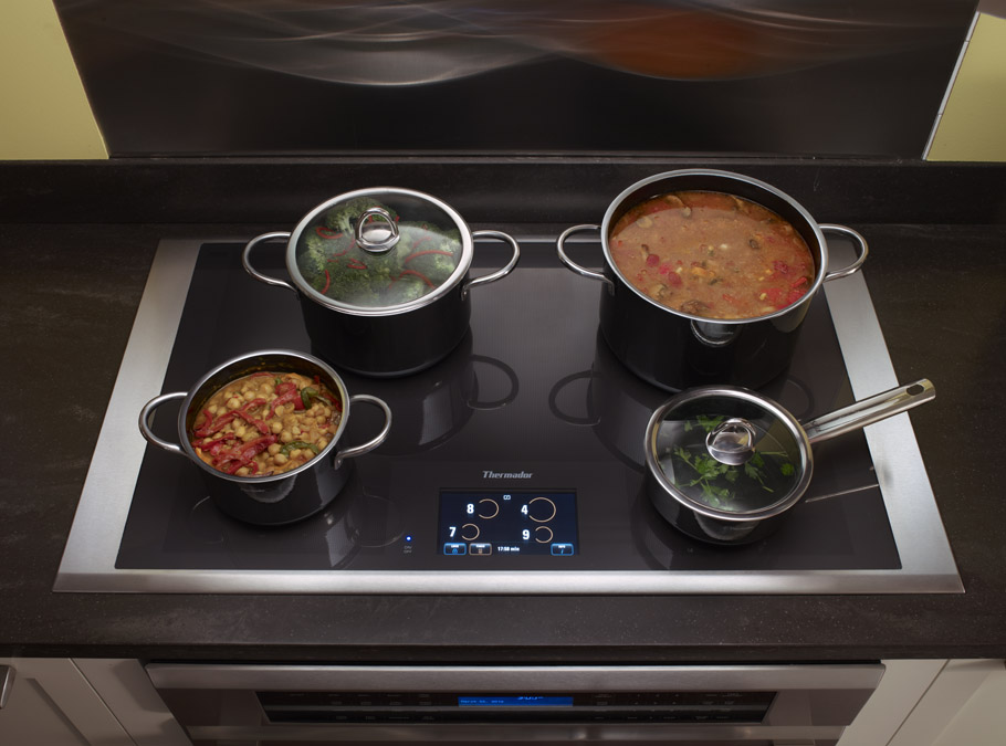 cozinhando no cooktop por indução