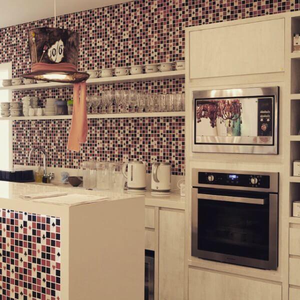 cozinha decorada com forno elétrico de embutir