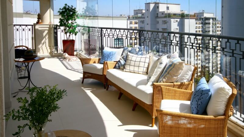varanda com sofás e cadeiras
