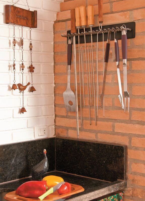 churrasqueira com utensílios pendurados