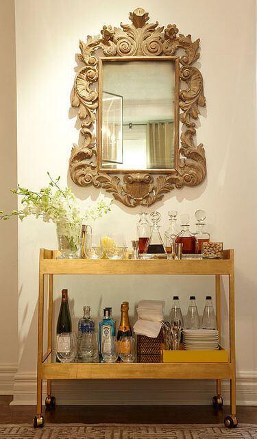 bar em casa com espelho moldurado