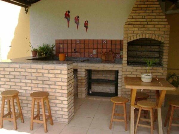 churrasqueira com mesas e cadeiras de madeira