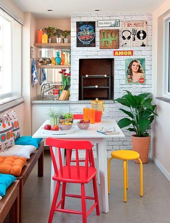 churrasqueira com objetos coloridas