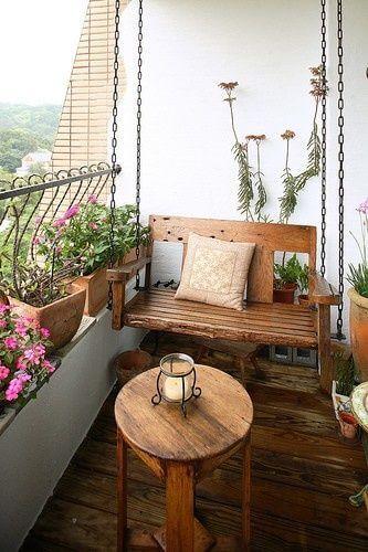 varanda com móveis de madeira