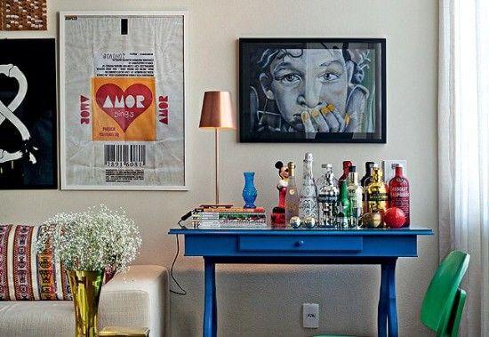 mesa retrô azul para bebidas