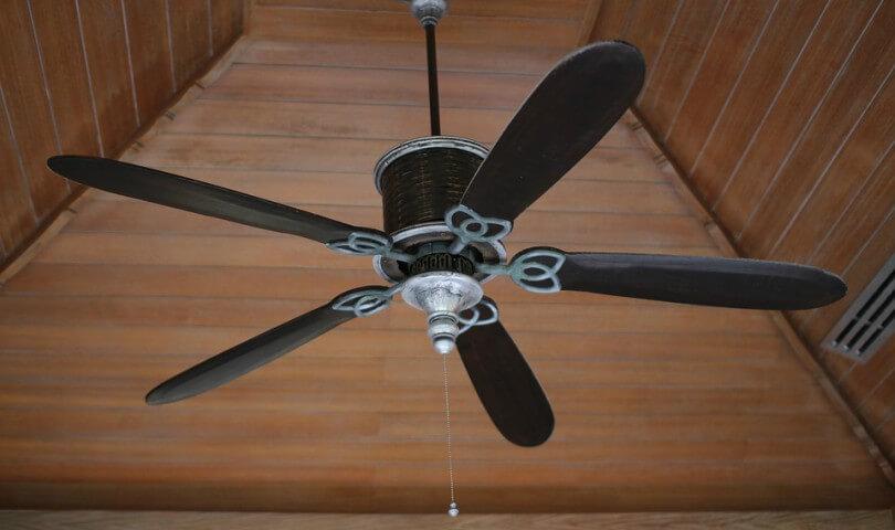 ventilador em teto de madeira