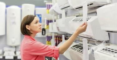 mulher escolhendo ar condicionado