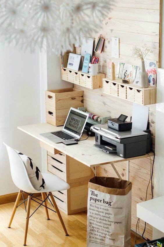 Escritório com mesa e acessórios organizadores de madeira
