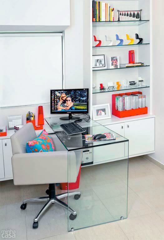 Escritório com estante branca