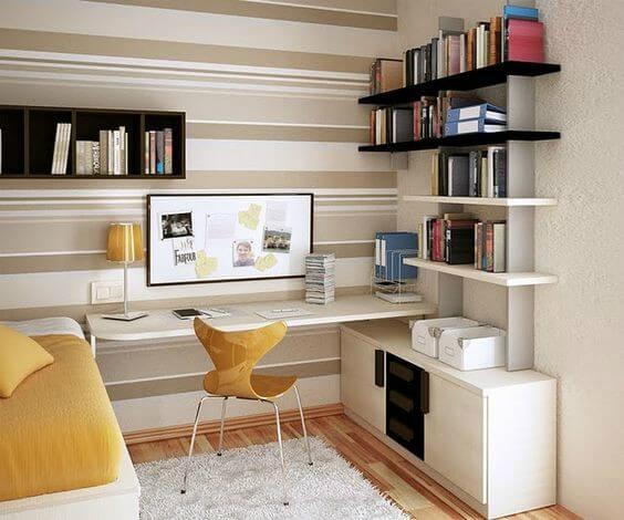 Escritório com cores claras e decoração funcional