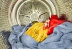 Interior de uma secadora de roupas