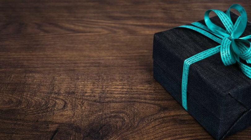 Caixa de presente em fundo de madeira