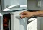 Pessoa abrindo geladeira branca