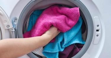 Máquina de lavar com roupas coloridas