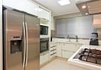 Cozinha com geladeira duas portas