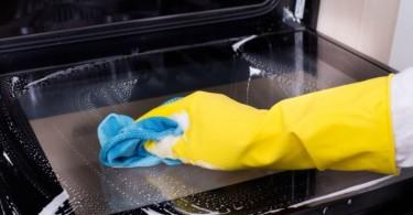 limpando forno elétrico