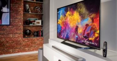 TV 4k em uma sala de estar com imagens coloridas na tela