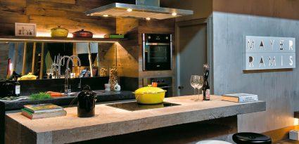cozinha decorada com cooktop instalado