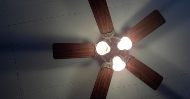 ventilador de teto com luz acesa