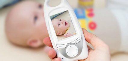 segurando a babá eletrônica