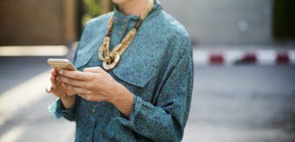 Mãe no celular