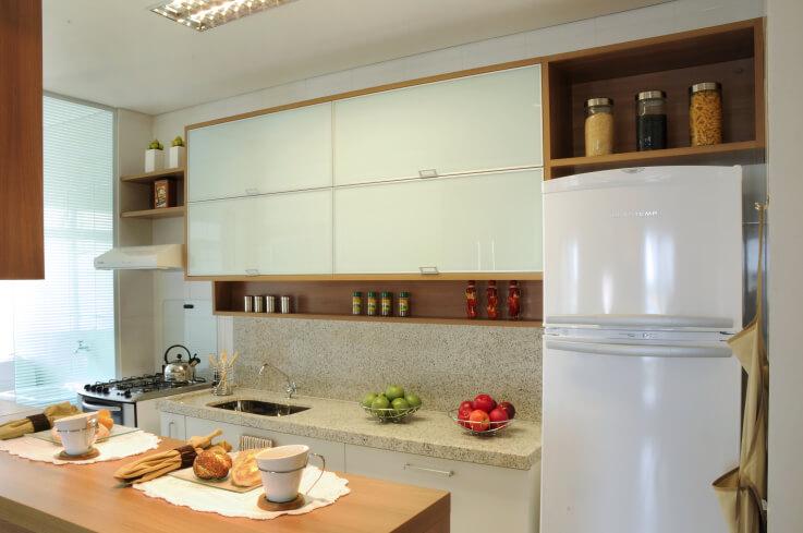 Cozinha americana com armário aéreo