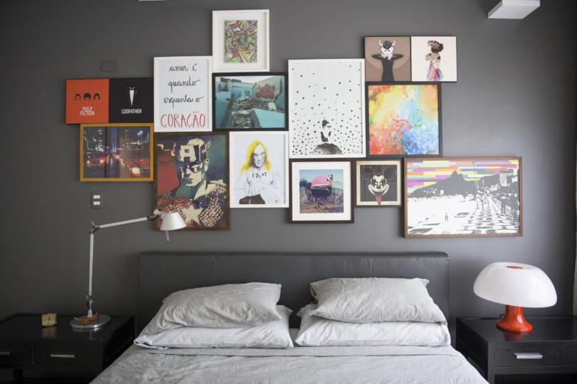 Parede com quadros no quarto de casal