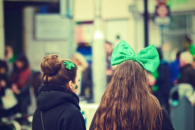 Amigas vestidas para o Saint Patrick's Day