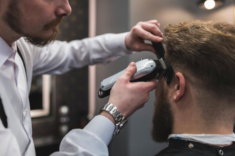 Homem cortando o cabelo no barbeiro