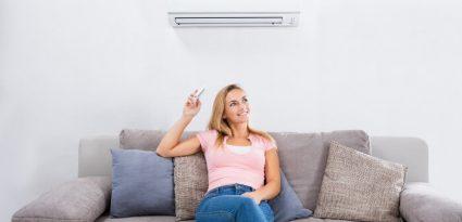 mulher-usando-ar-condicionado