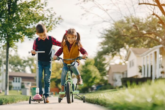 crianças com bicicletas