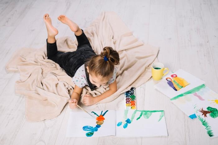 menina desenhando e pintando