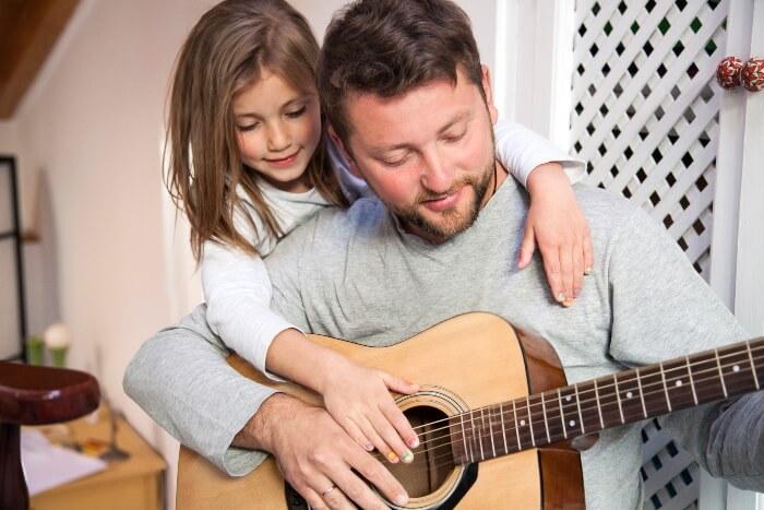 pai e filha tocando violao