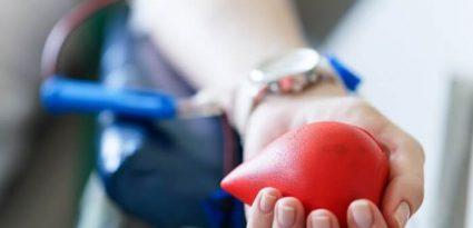 Pessoa doando sangue.
