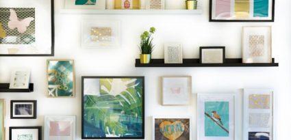 Parede com quadros decorativos de diferentes tamanhos e temáticas