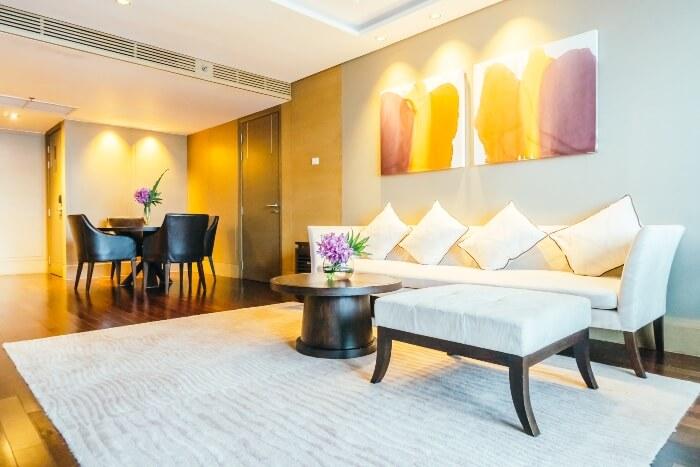 Sala de estar com quadros na decoração