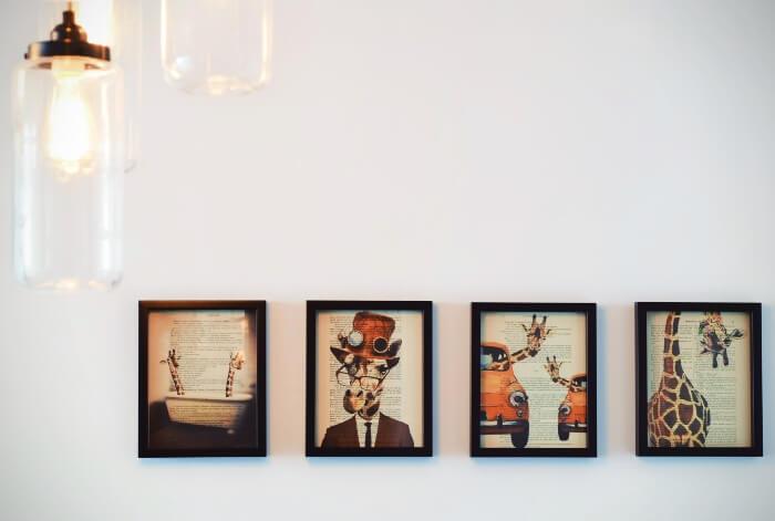 Parede com quadros decorativos em sequência