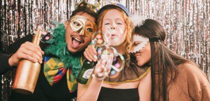 Amigos fantasiados em festa de carnaval