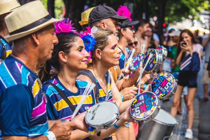 Foliões com pandeiro no carnaval de rua
